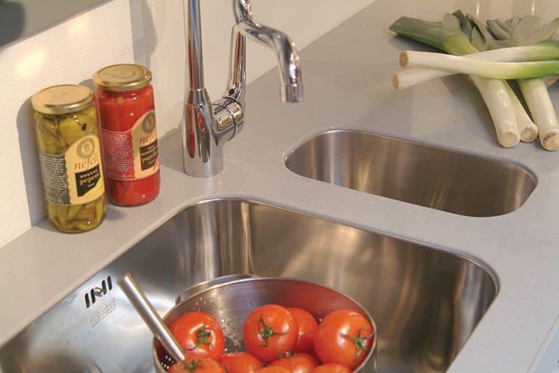 De Keukenvernieuwers vervangen spoelbak