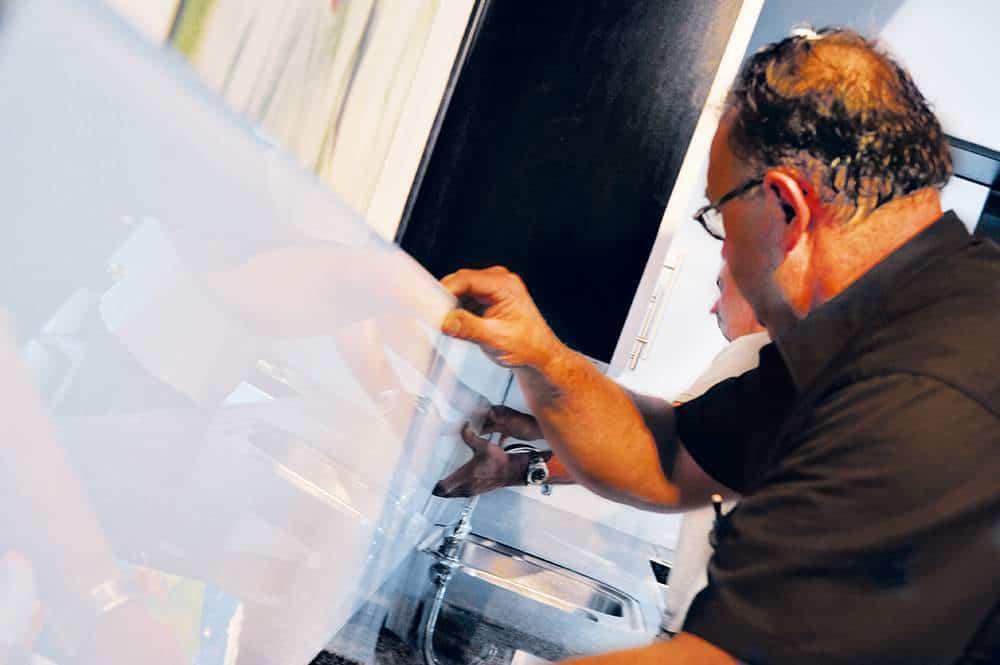 Sublieme Glazen Wandafwerking Wordt Over De Oude Tegels Geplaatst.