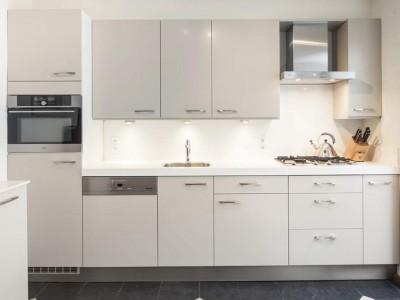 Renovatie Van 17-jaar Oude Keuken, Inclusief Alle Apparatuur