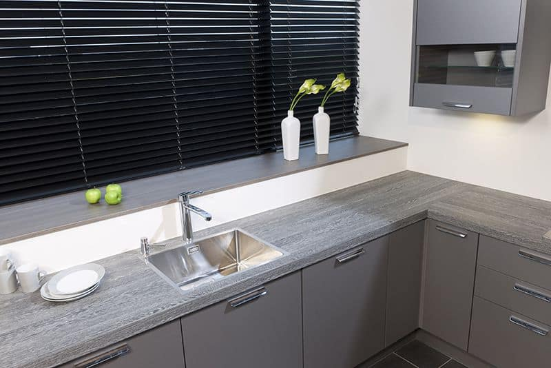 De Keukenvernieuwers vervangen aanrechtbladen