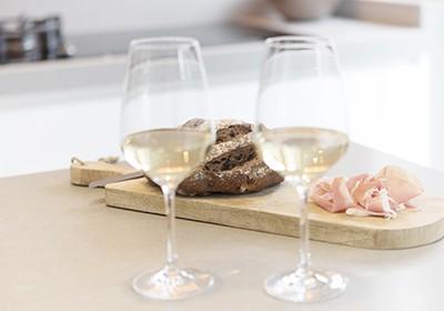Keukenrenovatie Weert Roermond Bjorn Timmermans Glazen op werkblad